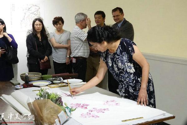 张永敬教授在现场书画表演。
