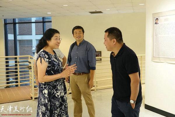 张永敬和助展人刘南教授(中),华人艺术家徐步明先生(右)在展览现场交流