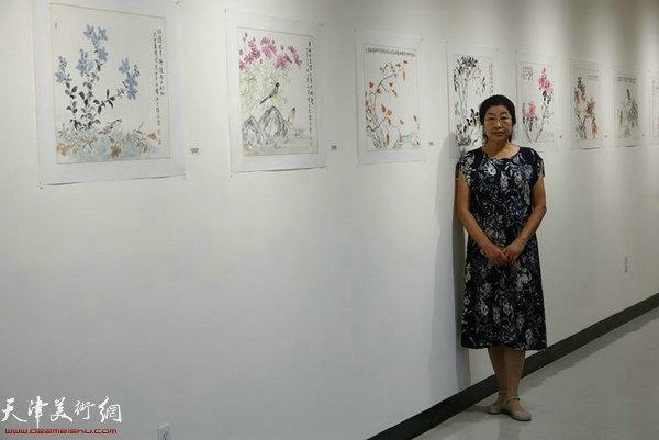张永敬教授在展览现场。