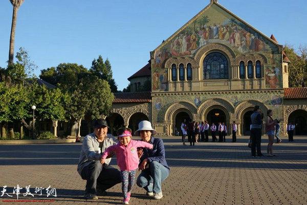图为张永敬教授参观斯坦福大学
