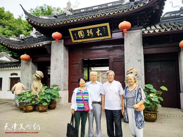 陈冬至、李燕华夫妇、苏鸿升、李红夫妇在上海古猗园。