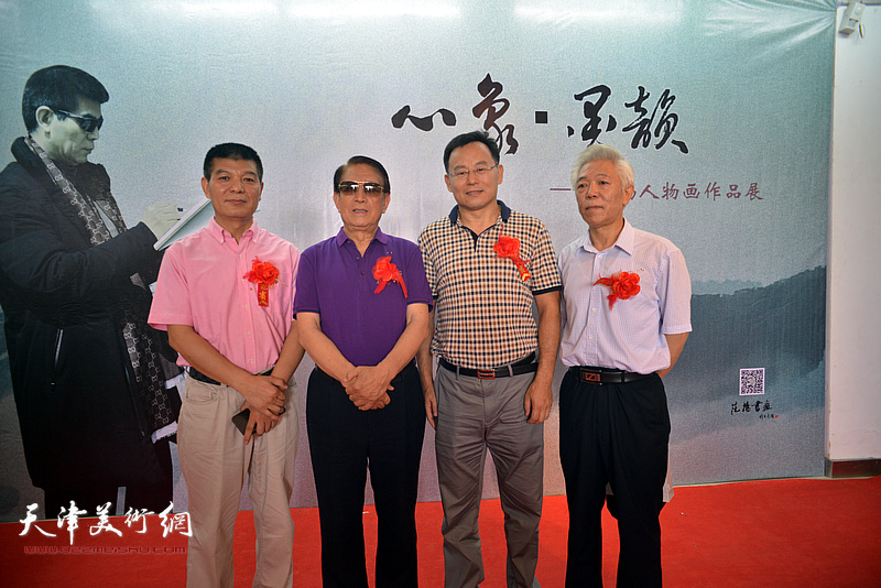 左起:范扬、曹中厚、张桂元、董智敏在画展现场。