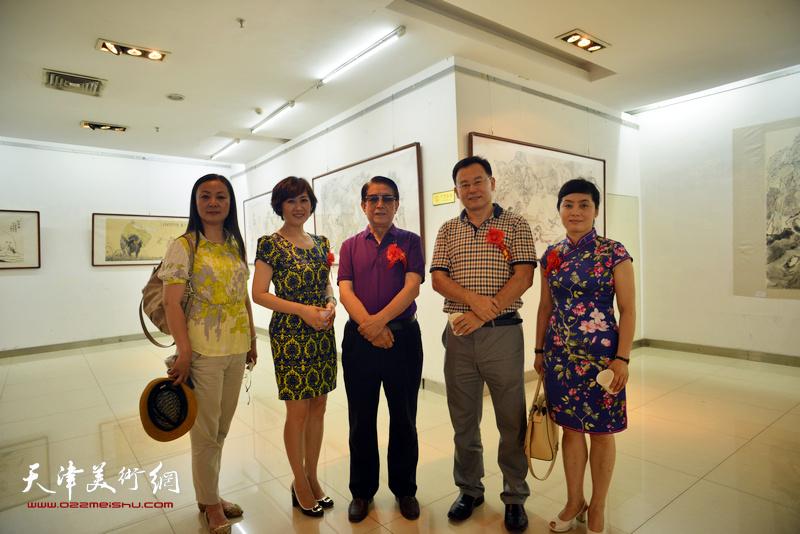 曹中厚、张桂元、徐红梅等在画展现场。