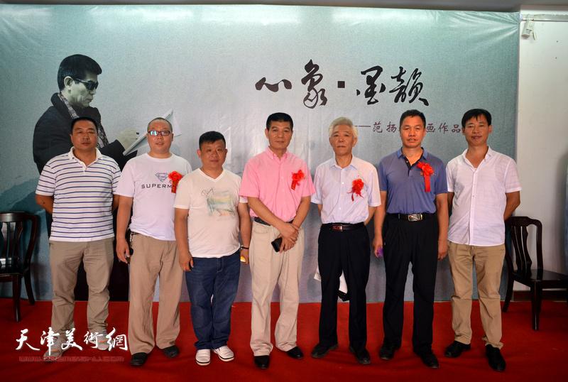 范扬与董智敏、郭建江等嘉宾在画展现场。