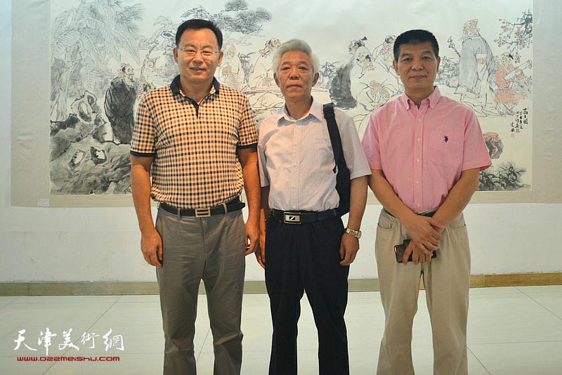 张桂元、范扬与董智敏在画展现场。
