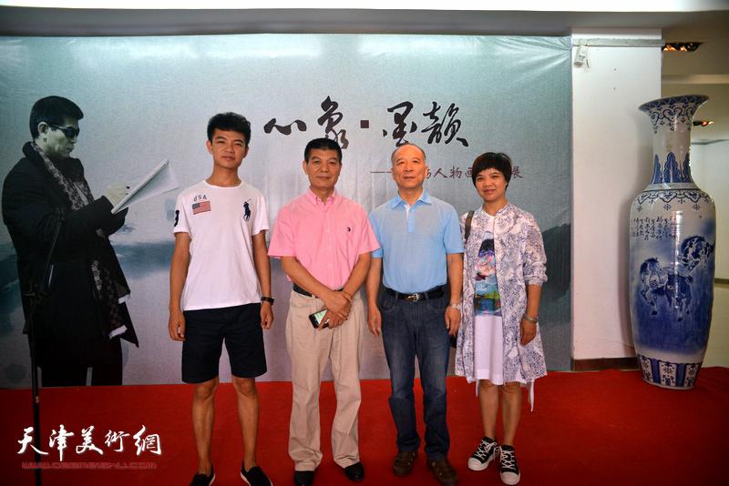 范扬与韩克俭等嘉宾在画展现场。