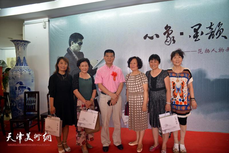 范扬与嘉宾在画展现场。