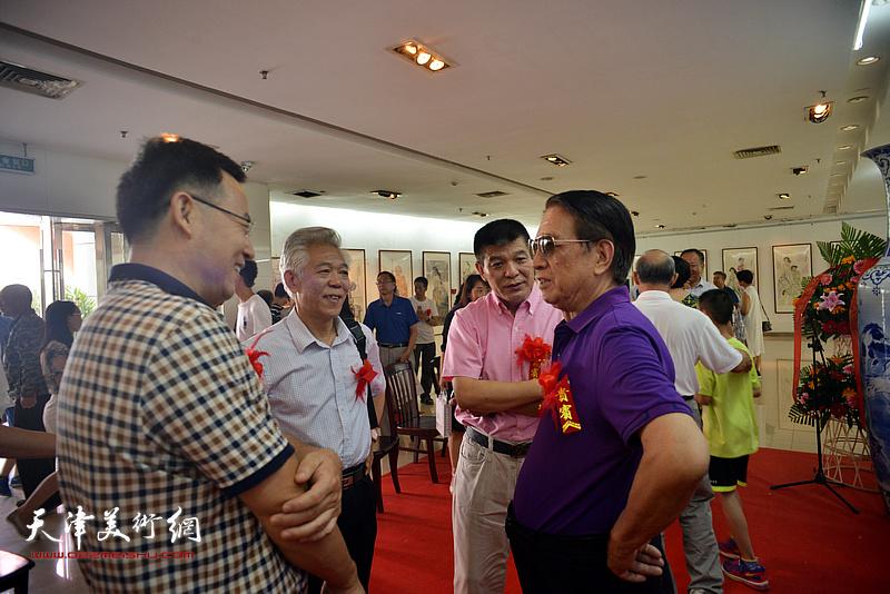 张桂元、范扬与曹中厚、董智敏在画展现场交流。