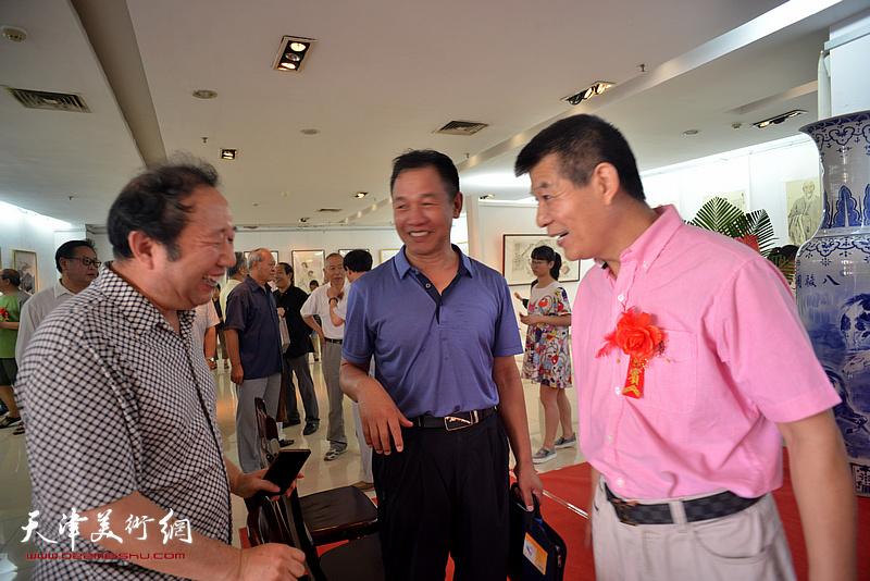 范扬与来宾在画展现场交流。