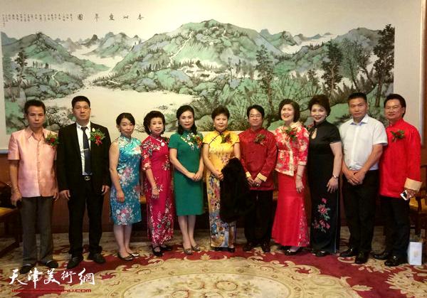 出席亲情中华旗袍长卷海外行活动。