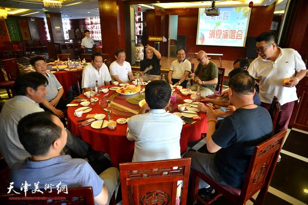"""天津巨龙画院""""消夏演唱会""""在江泽福轩大饭店举行。"""