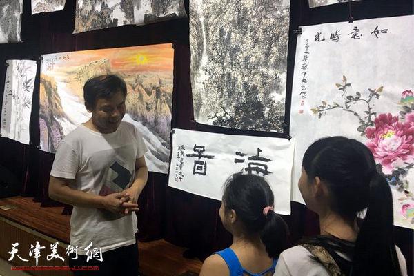 林晓明与海图少儿书画班的小朋友们交谈。