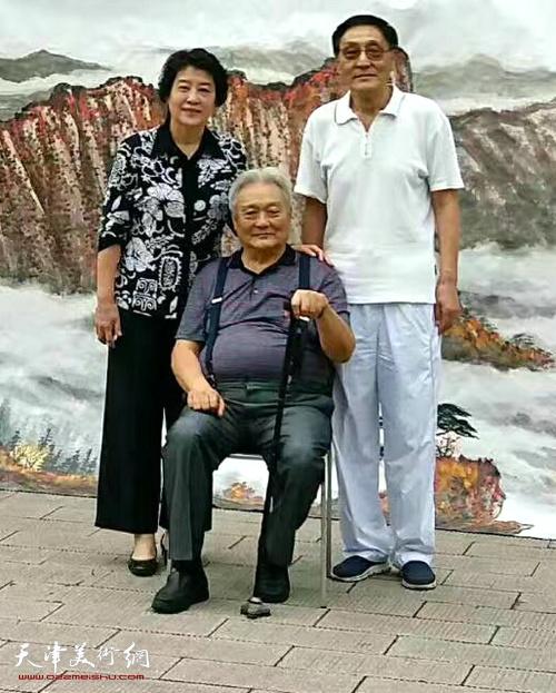 """年维泗、薛立、史召环在巨幅山水画""""万山红遍层林尽染""""前。"""