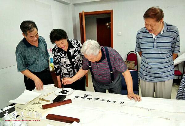 年维泗欣然为王寅作品题词。