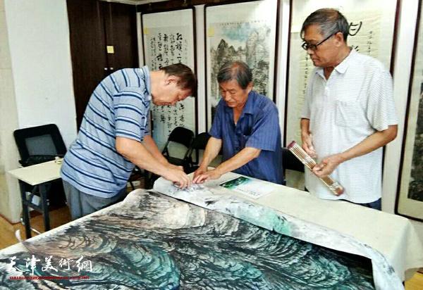 """刘光炎、郝宝善、戴照林在""""紫映东方""""创作现场。"""