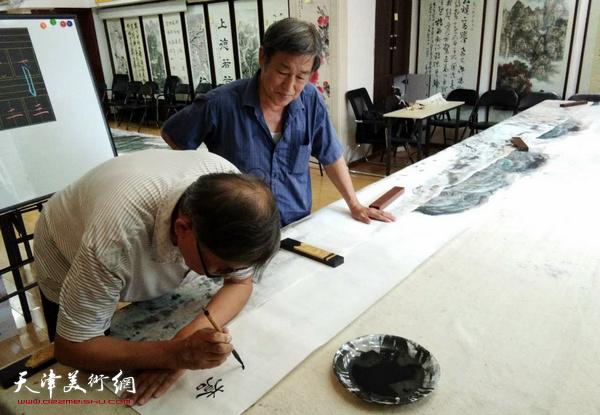 """书法家刘光炎为戴照林山水巨作""""苍山无语水有情""""题款。"""
