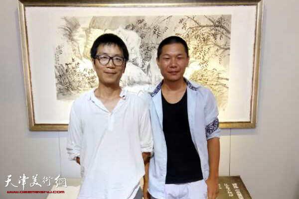 郑伟与艺术家张吉鹏在画展现场。