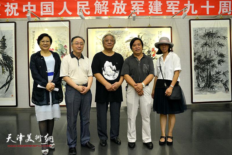 左起:王桂娥、何东、鲁平、李耀春、瀛樱在画展现场。