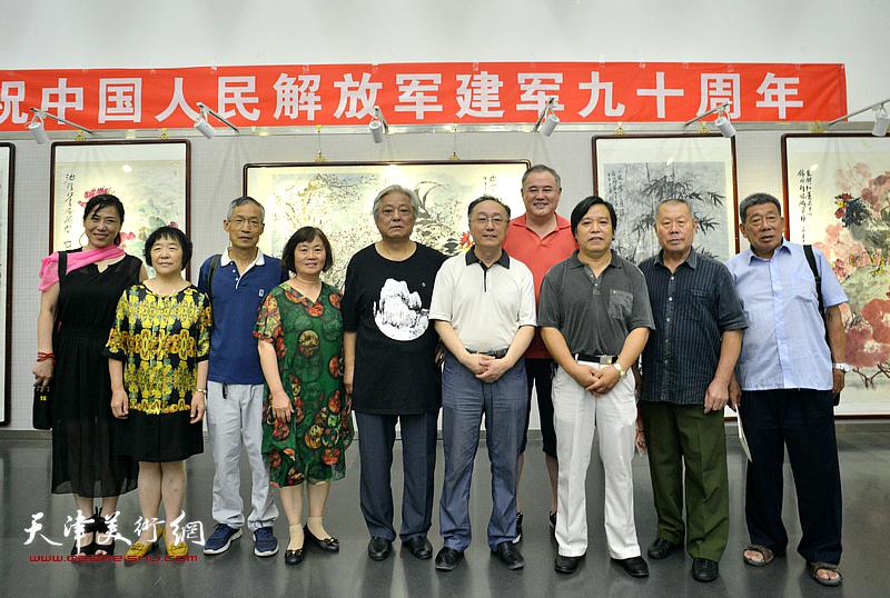 鲁平与何东、李耀春等嘉宾在画展现场。