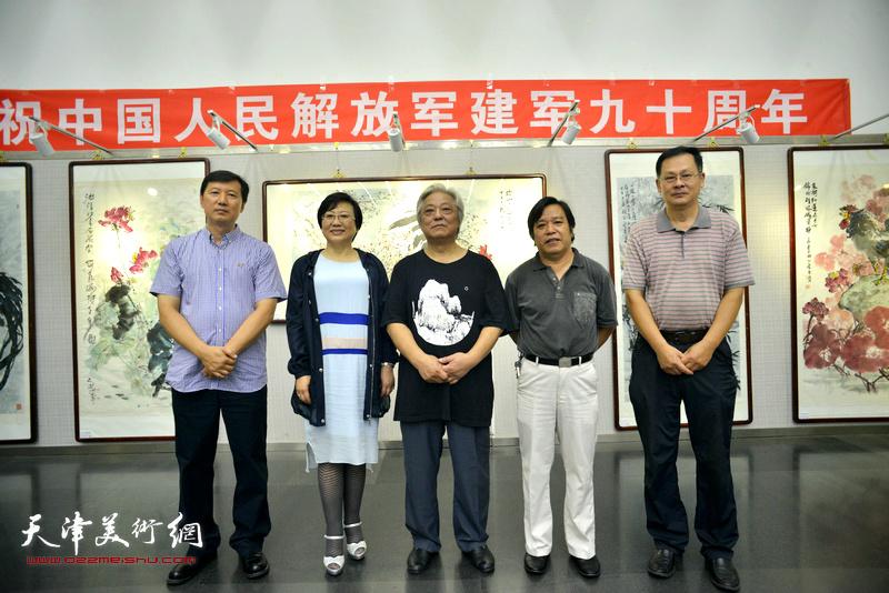 左起:张福有、王桂娥、鲁平、李耀春、潘津生在画展现场。