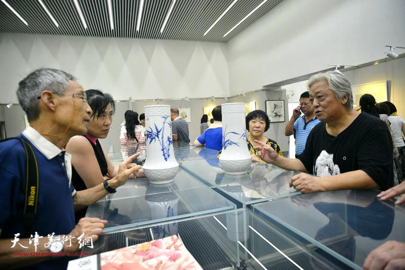 鲁平与来宾在画展现场。
