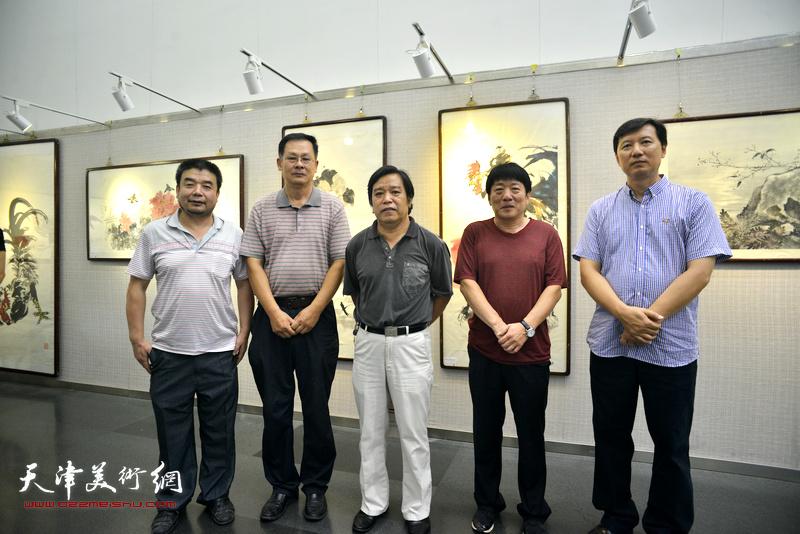 左起:田军、潘津生、李耀春、高原春、张福有在画展现场。