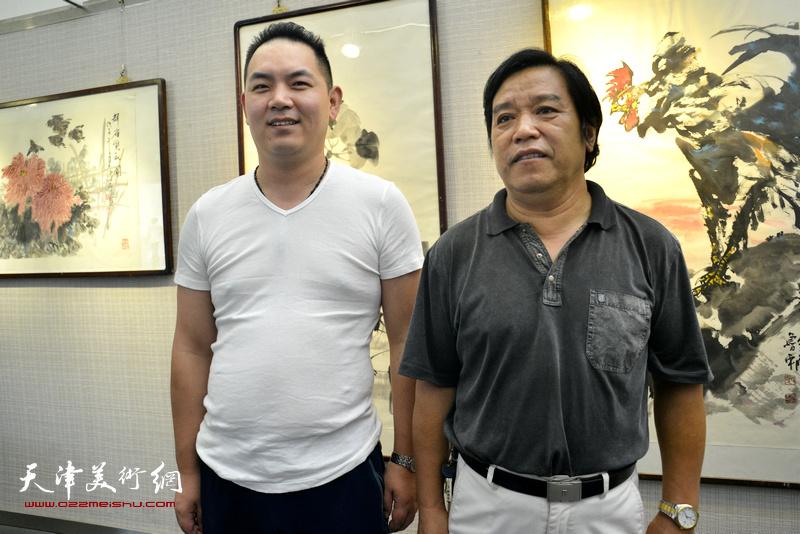 李耀春与南京朋友在画展现场。