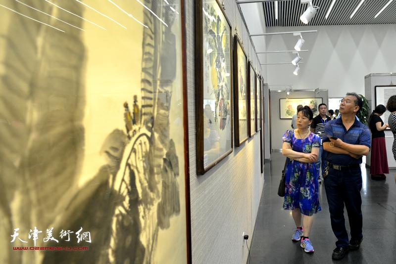 朱荷红莲赤子心—鲁平作品天津展8月1日在天津市图书馆开幕。