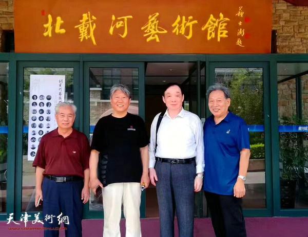 霍然与杨炳延等在北戴河艺术馆。