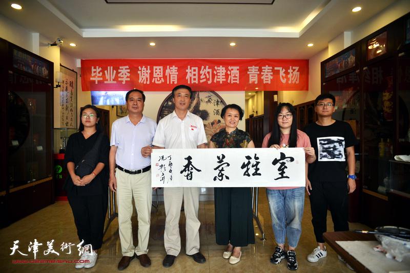 冼艳萍、王建忠、刘武与学子们在活动现场。