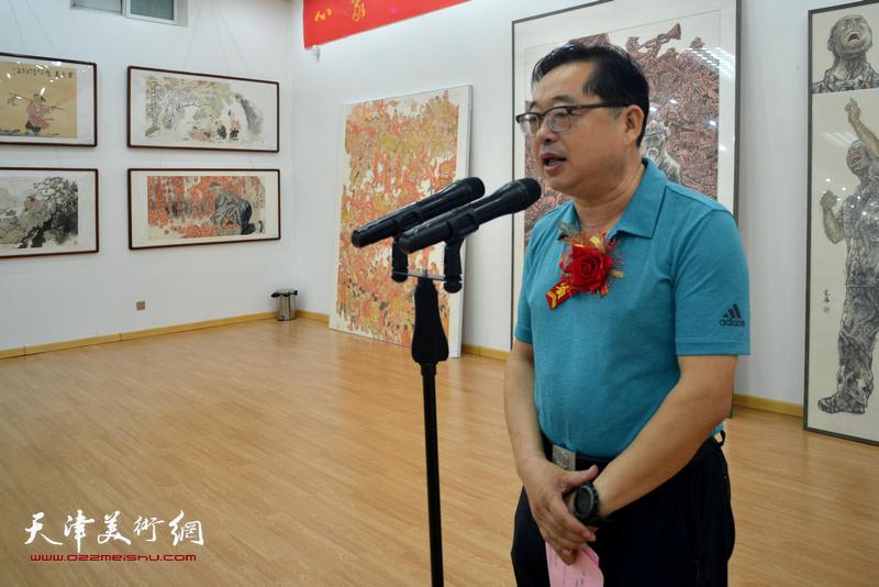 忻州市文化局局长张振邦主持画展开幕仪式