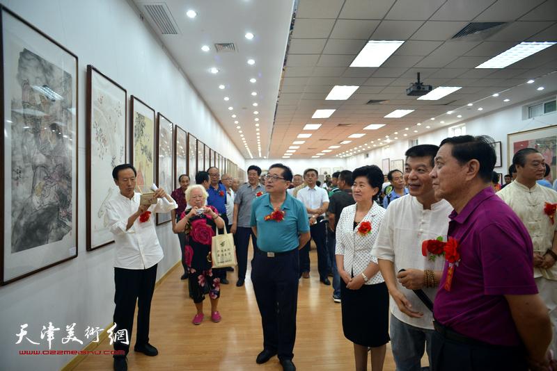 范扬陪同杜五安、陈义青等观赏作品。