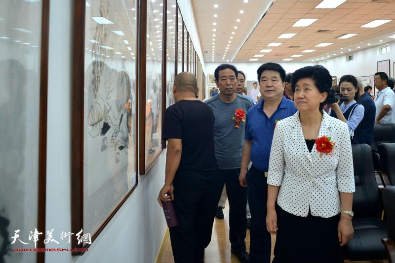 陈义青等观赏作品。