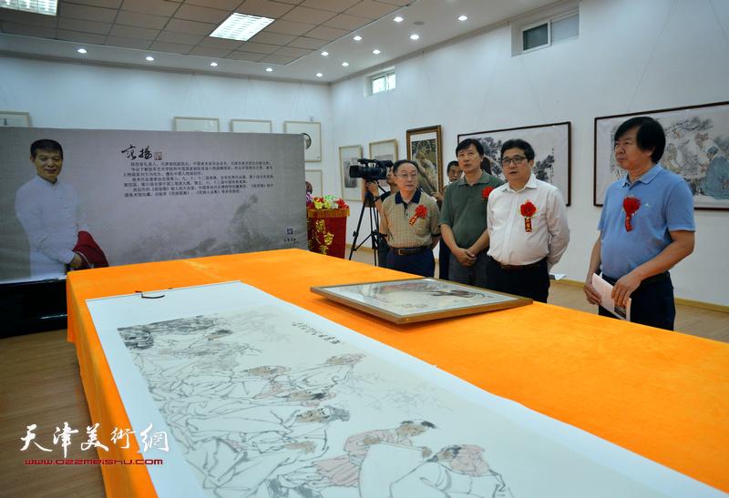 商移山、何东、史振岭、张福有在画展现场观赏作品。