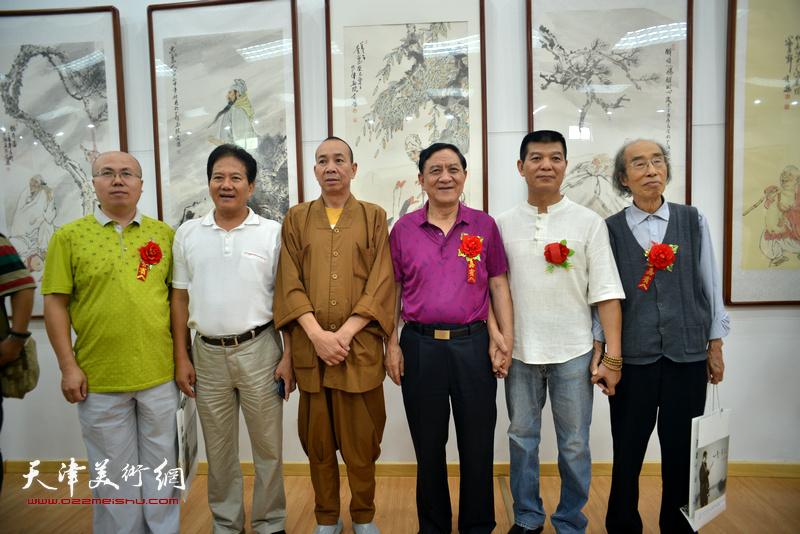 杜五安、张根虎、范扬、释演明法师、张凯在画展现场。