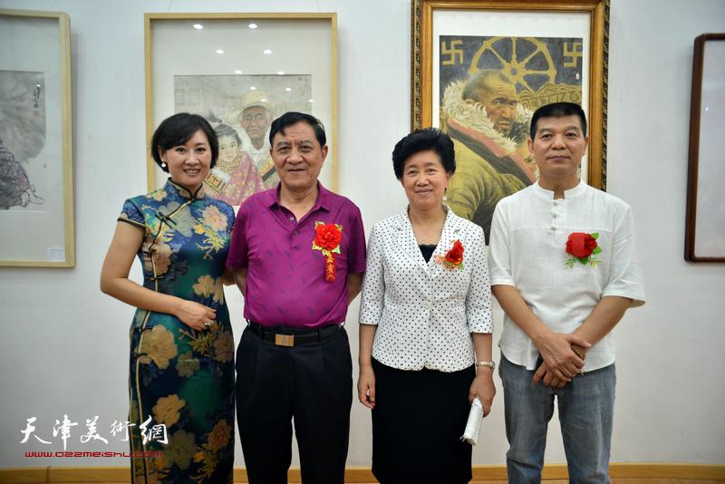 左起:徐红梅、杜五安、陈义青、范扬在画展现场。