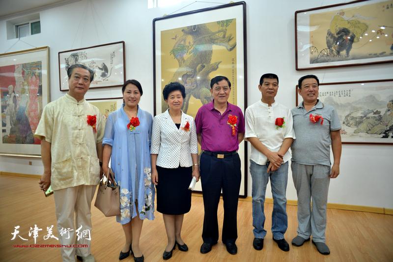 杜五安、陈义青、范扬与来宾在画展现场。