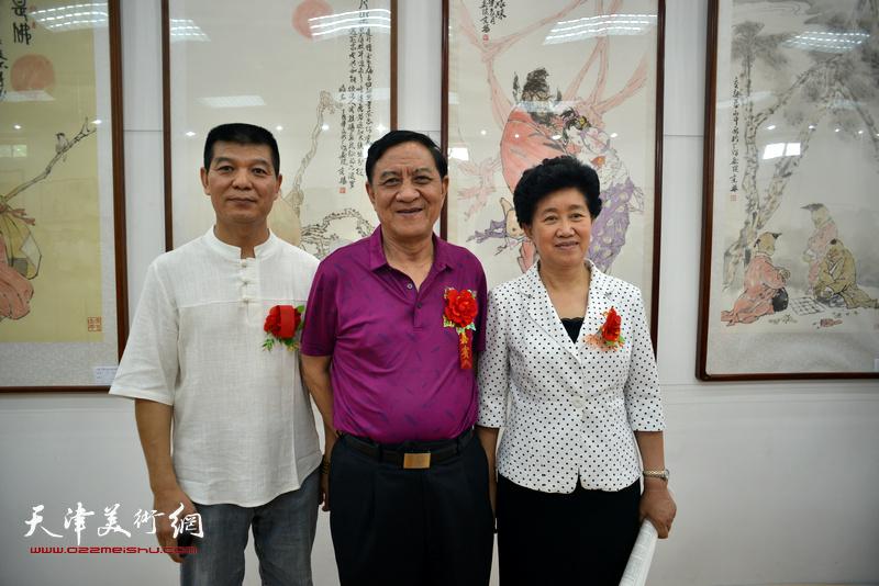 杜五安、陈义青、范扬在画展现场。