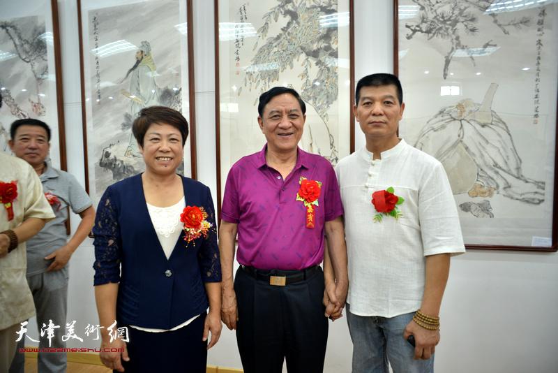 杜五安、郭丽云、范扬在画展现场。
