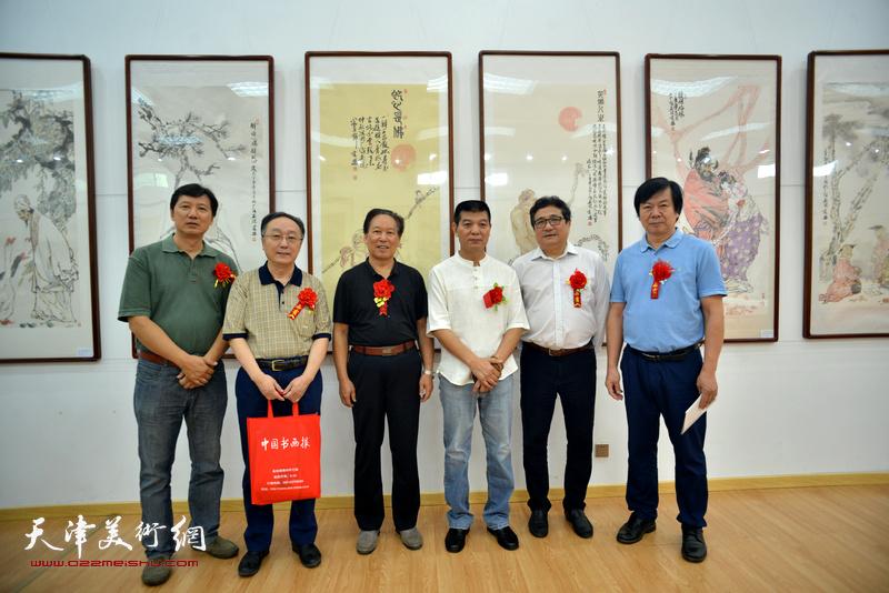 左起:张福有、何东、刘传光、范扬、商移山、史振岭在画展现场。