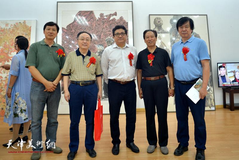 左起:张福有、何东、商移山、刘传光、史振岭在画展现场。