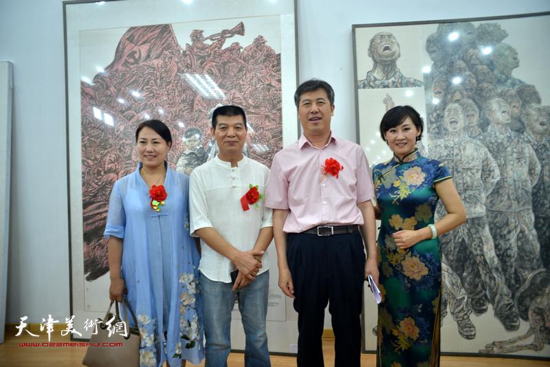 范扬、贾玉文、徐红梅与来宾在画展现场。