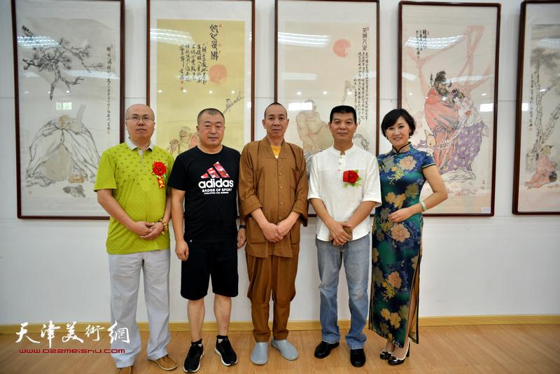 范扬、释演明法师、徐红梅、张凯在画展现场。