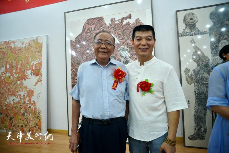 范扬与来宾在画展现场。