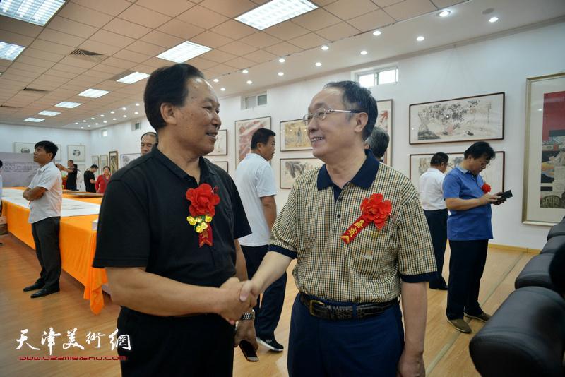 何东、刘传光在画展现场。