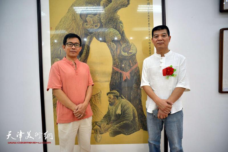 范扬与梁生智在画展现场。