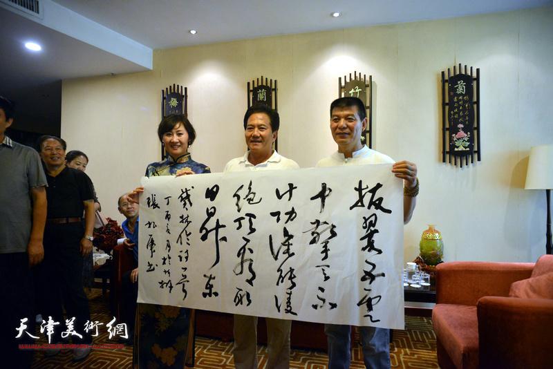 张根虎、范扬、徐红梅在天津、忻州两地书画家交流现场。
