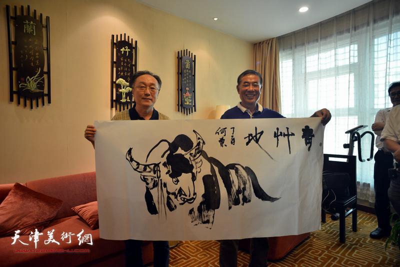 何东、王双龙在天津、忻州两地书画家交流现场。