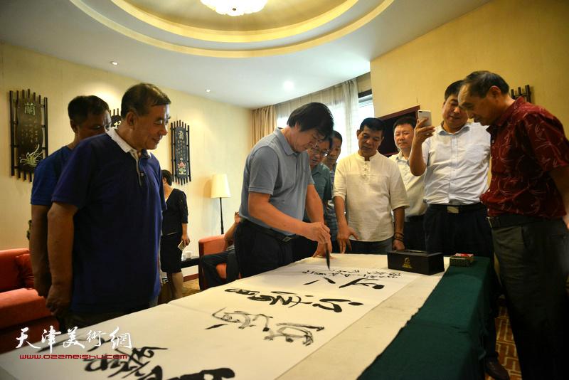 史振岭在天津、忻州两地书画家交流现场。