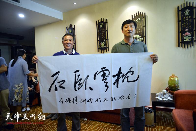 张福有、王双龙在天津、忻州两地书画家交流现场。